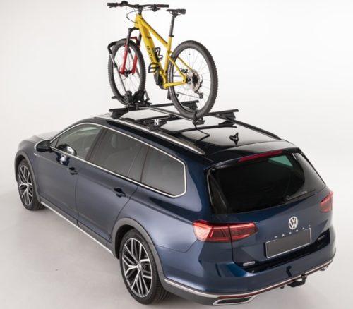 Menabo Chrono instalado en coche con bici